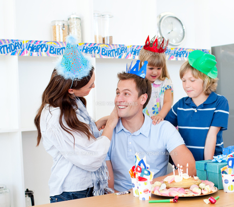 Elated man celebrating his birthday with his wife and his childrenの写真素材 [FYI00482418]