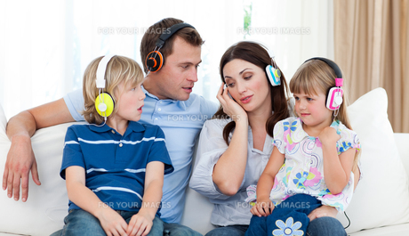 Family listening music with headphonesの写真素材 [FYI00482422]