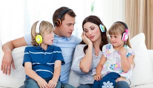 Family listening music with headphonesの写真素材 [FYI00482422]