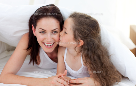 Mother and her daughter having fun on bedの写真素材 [FYI00482424]