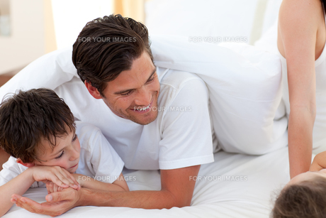 Father and his son having fun on bedの写真素材 [FYI00482428]