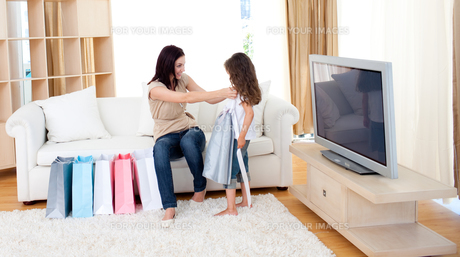 Mother and her daughter at home after shoppingの素材 [FYI00482431]