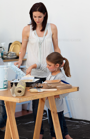 Mother and her daughter preparing paintの素材 [FYI00482433]