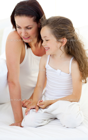 Portrait of an attractive mother with her daughterの写真素材 [FYI00482434]