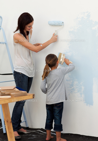 Mother and her daughter painting togetherの素材 [FYI00482437]