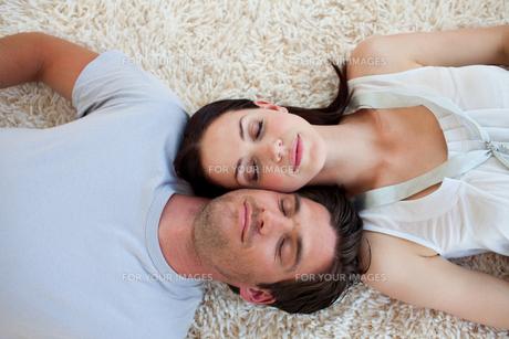 Couple sleeping on the floorの写真素材 [FYI00482443]