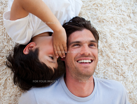 Close up of a Little boy and his father lying on the floorの写真素材 [FYI00482444]