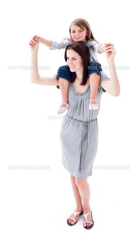 Brunette mother giving her daughter piggyback rideの写真素材 [FYI00482447]