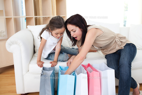 Mother and daughter unpacking shopping bagsの素材 [FYI00482458]