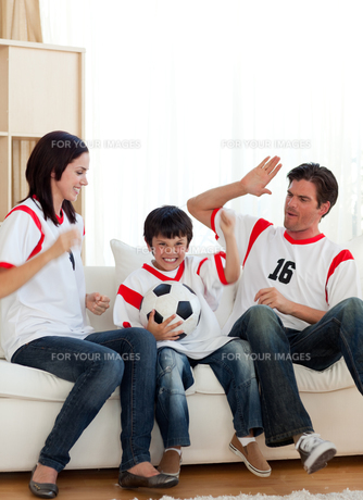 Joyful family watching football matchの写真素材 [FYI00482462]
