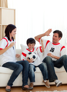Joyful family watching football matchの写真素材 [FYI00482462]