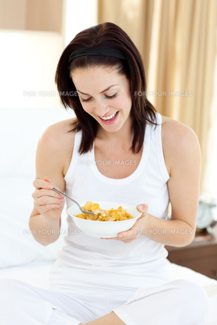 Young woman having breakfastの写真素材 [FYI00482463]