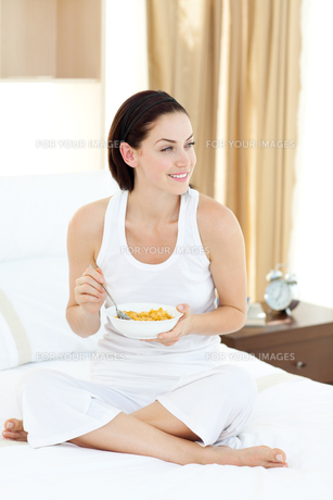 Smiling woman having breakfastの写真素材 [FYI00482465]