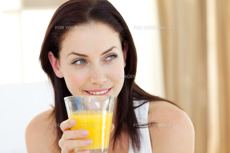 Attractive woman drinking orange juiceの写真素材 [FYI00482466]