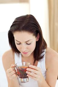 Young woman drinking teaの素材 [FYI00482468]