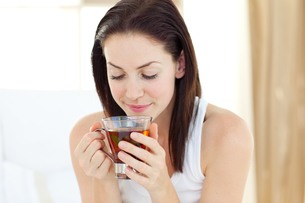 Pretty woman drinking teaの素材 [FYI00482469]