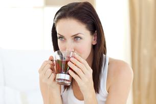 Jolly woman drinking teaの素材 [FYI00482471]