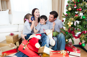 Happy family playing with Christmas giftsの写真素材 [FYI00482474]