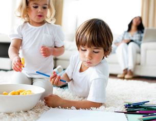 Adorable children eating chips and drawingの写真素材 [FYI00482488]