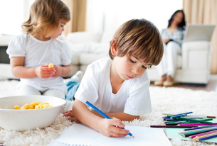 Happy children eating chips and drawingの写真素材 [FYI00482490]