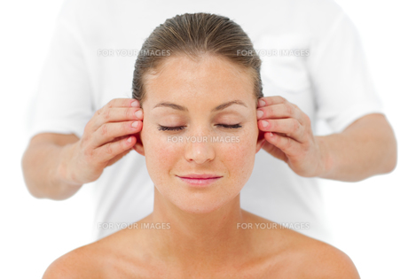 Attractive woman having a head massageの写真素材 [FYI00482493]