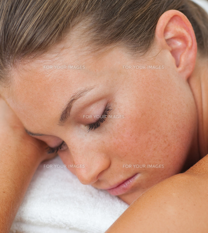 Woman relaxing in a spa centerの写真素材 [FYI00482497]