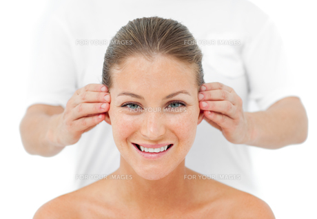 Smiling woman having a head massage in a spaの写真素材 [FYI00482501]