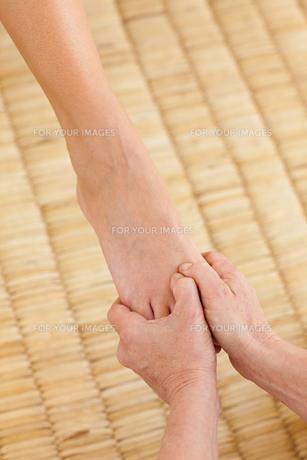 Woman having a foot massageの写真素材 [FYI00482502]
