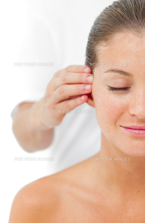 Young woman having a head massage in a spaの写真素材 [FYI00482504]