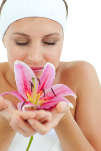 Beautiful woman smelling a flowerの写真素材 [FYI00482506]