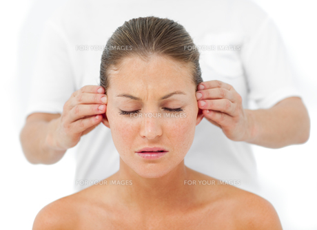 Relaxed woman having a head massageの写真素材 [FYI00482507]