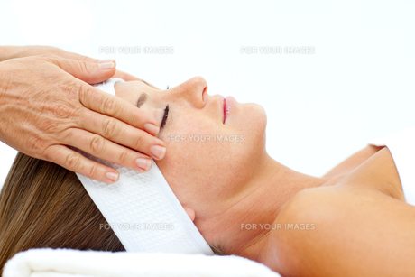 Asleep woman relaxing with head massageの写真素材 [FYI00482514]
