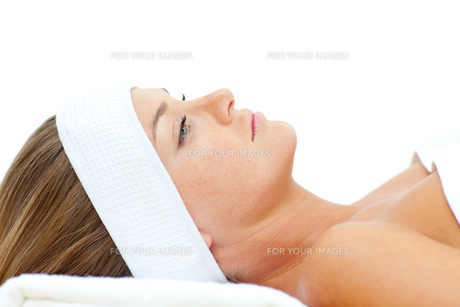 Thoughtful woman after a spa treatmentの写真素材 [FYI00482519]