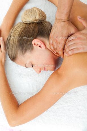 Asleep woman enjoying a massageの写真素材 [FYI00482526]