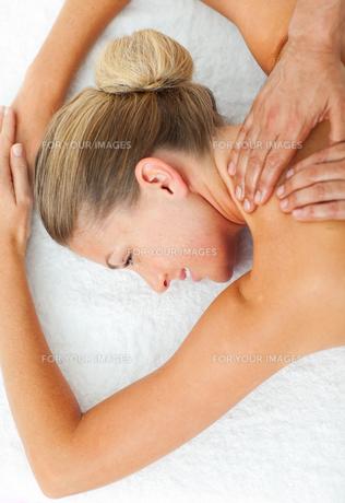 Cheerful woman enjoying a massageの写真素材 [FYI00482529]