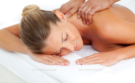 Smiling woman having a massageの写真素材 [FYI00482536]