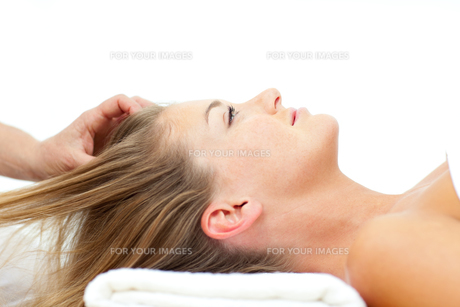 Attractive woman enjoying a head massageの写真素材 [FYI00482542]