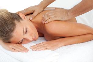 Blond woman enjoying a massageの写真素材 [FYI00482544]