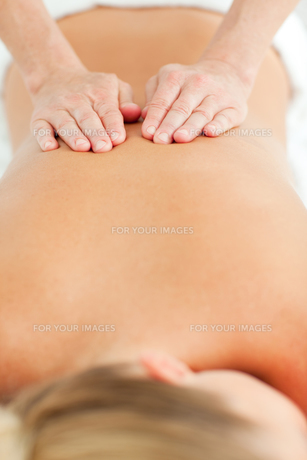 Back massage in a health centerの写真素材 [FYI00482545]