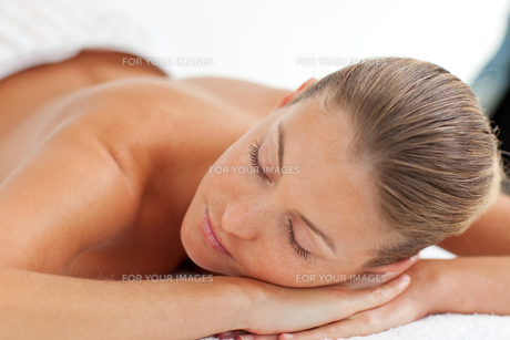 Pretty woman enjoying a massageの写真素材 [FYI00482548]
