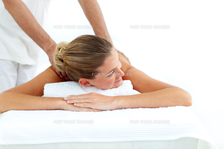 Attractive woman receiving a massageの写真素材 [FYI00482551]