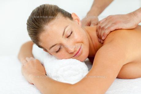 Quiet woman enjoying a massageの写真素材 [FYI00482552]
