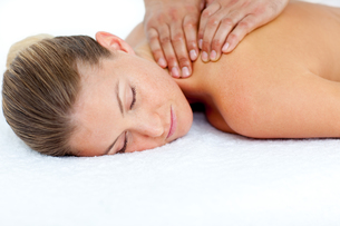 Relaxed woman receiving a back massageの写真素材 [FYI00482554]