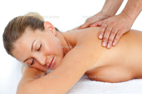 Relaxed woman receiving a massageの写真素材 [FYI00482555]