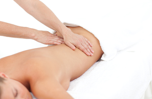 Young woman receiving a back massageの写真素材 [FYI00482557]