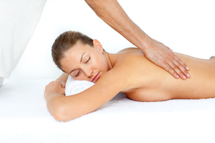 Relaxed woman having a back massageの写真素材 [FYI00482559]