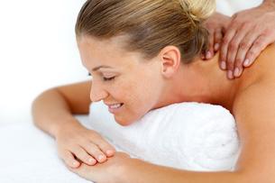 Woman having a back massageの写真素材 [FYI00482560]