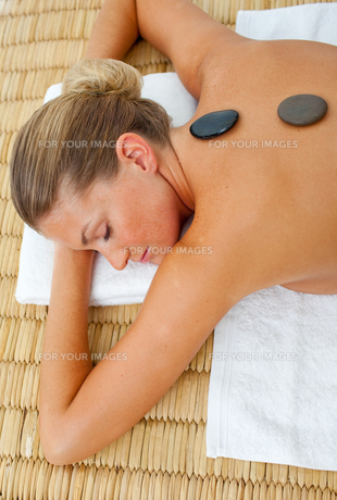 Close up of woman getting spa treatmentの写真素材 [FYI00482570]