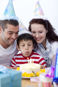 Little boy blowing out candles on his birthdays dayの写真素材 [FYI00482594]