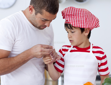 Boy hurt his finger and father treating itの素材 [FYI00482597]